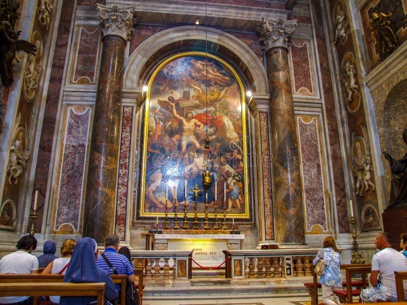 Het altaar van heilige Johannes Paulus II in de Basiliek van Heilige Peter ` s in Vatikaan stock afbeelding