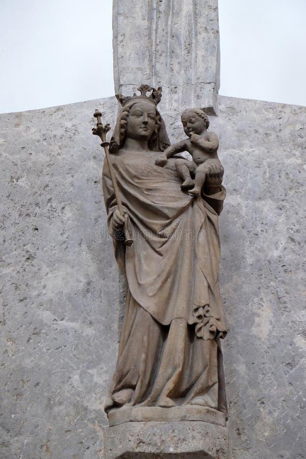 Het Altaar van Onze die Dame door Hubert Elssser in de Kathedraal van Wurzburg wordt gesneden stock fotografie