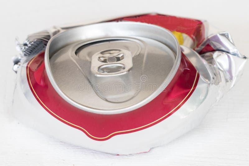 Het aluminiumbier kan samengeperst voor kringloop stock fotografie