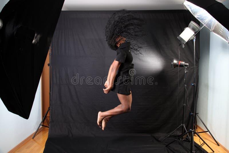Het Amerikaanse de vrouw van Afro springen stock afbeeldingen