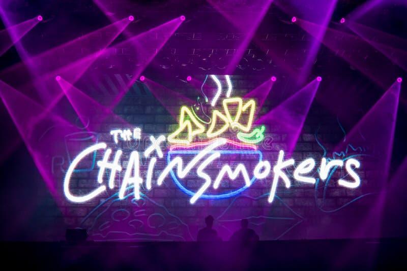 Het Amerikaanse duo van DJ en van de productie Chainsmokers die op stadium in Europa bij muziekfestival presteren, 2017 stock foto's