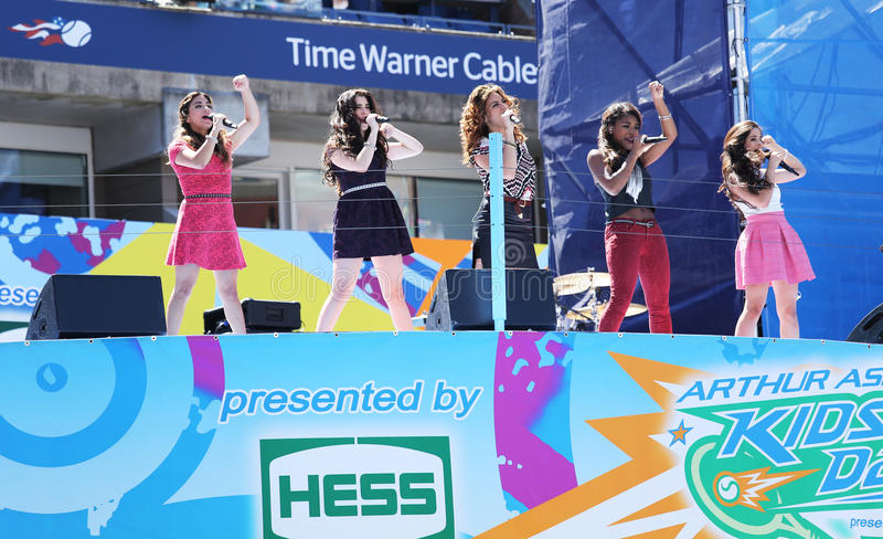 Het Amerikaanse meisje groepeert Vijfde Harmonie presteert in Arthur Ashe Kids Day 2013 in Billie Jean King National Tennis Center royalty-vrije stock foto's