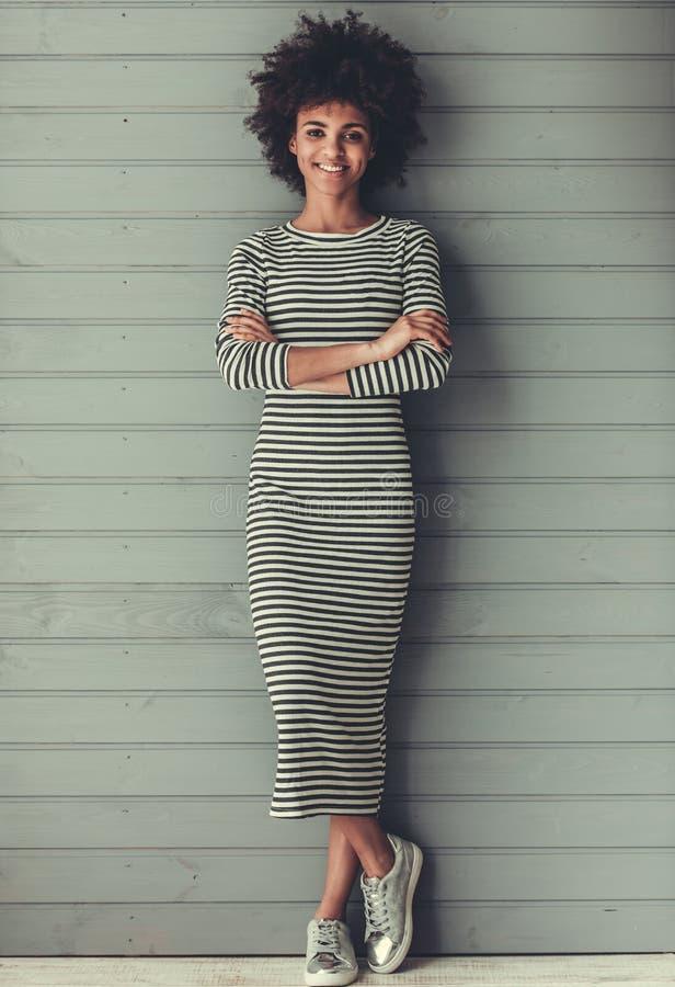 Het Amerikaanse meisje van modieuze Afro royalty-vrije stock afbeelding