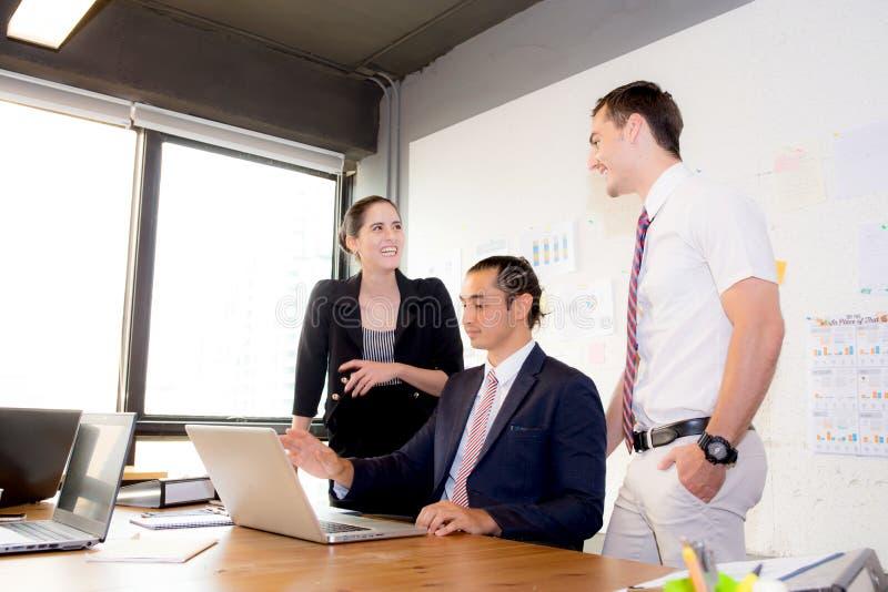 Het Amerikaanse mensen commerciële team die het gebruiken van laptop tijdens een vergadering hebben en stelt voor royalty-vrije stock foto's