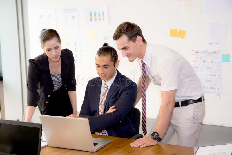 Het Amerikaanse mensen commerciële team die het gebruiken van laptop tijdens een vergadering hebben en stelt voor stock fotografie