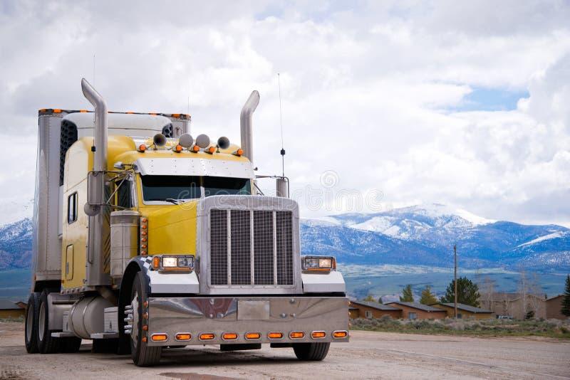Het Amerikaanse pictogram van stijl paste gele semi vrachtwageninstallatie aan royalty-vrije stock afbeeldingen