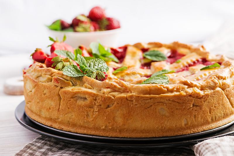 Het Amerikaanse voedsel van het de cake zoete gebakken gebakje van de aardbeipastei scherpe stock fotografie
