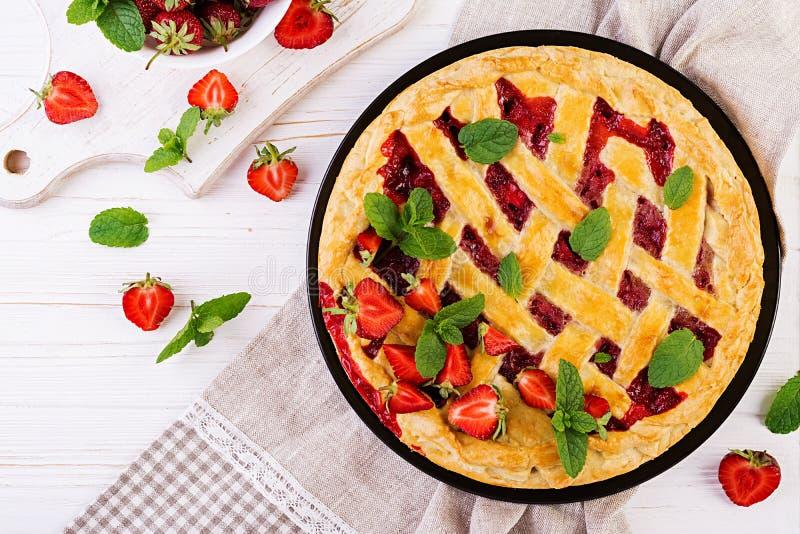Het Amerikaanse voedsel van het de cake zoete gebakken gebakje van de aardbeipastei scherpe stock afbeeldingen