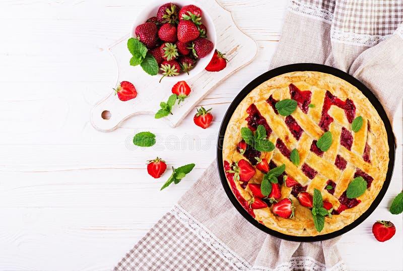 Het Amerikaanse voedsel van het de cake zoete gebakken gebakje van de aardbeipastei scherpe royalty-vrije stock foto's