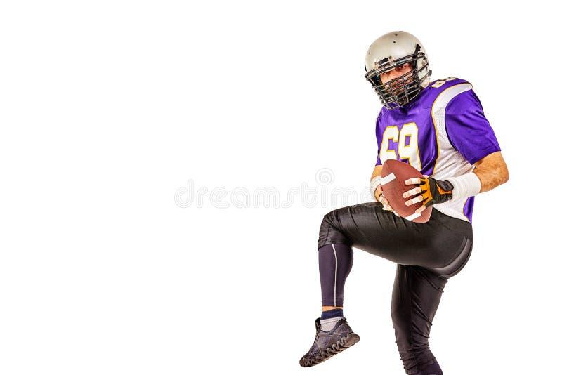 Het Amerikaanse voetbalster stellen met bal op zwarte achtergrond Vierkant Formaat Concepten Amerikaanse voetbal, portret stock foto