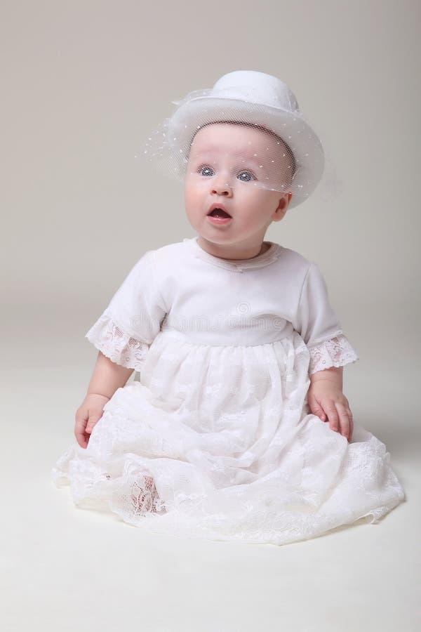 Het amuseren van baby in retro hoed royalty-vrije stock fotografie
