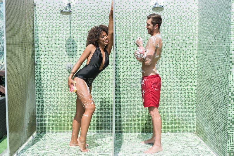 Het amuseren van jeugdig paar die terwijl het nemen van irrigatie onderhouden royalty-vrije stock foto's
