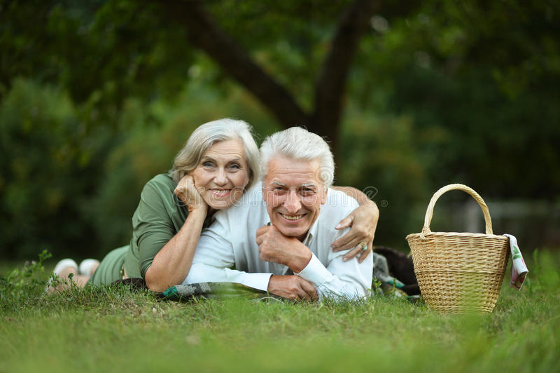 Het amuseren van oud paar in de zomerpark stock afbeelding