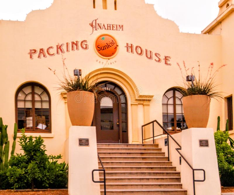 Het Anaheim Verpakkingsbedrijfdistrict in Anaheim Van de binnenstad, Oranje Provincie, Californië wordt gevestigd dat stock afbeeldingen