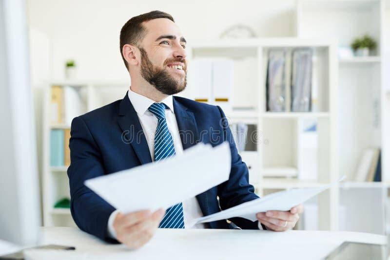 Het analyseren van bedrijfsdocumenten stock foto