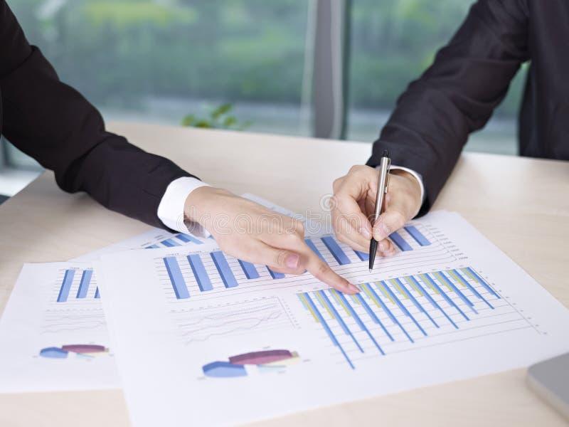 Het analyseren van bedrijfsprestaties stock foto's