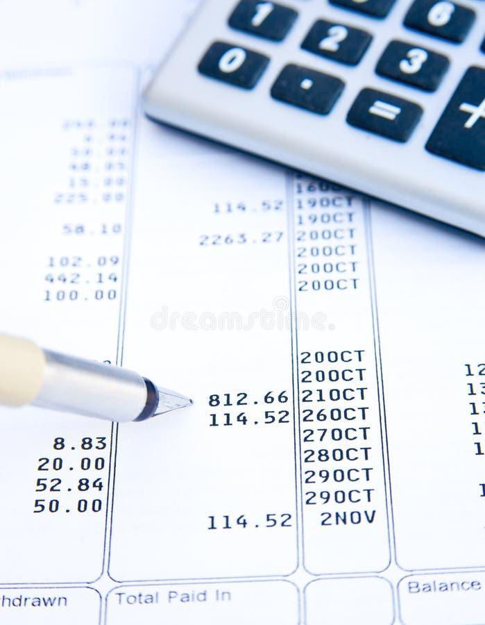 Het analyseren van een bankverklaring. stock foto's