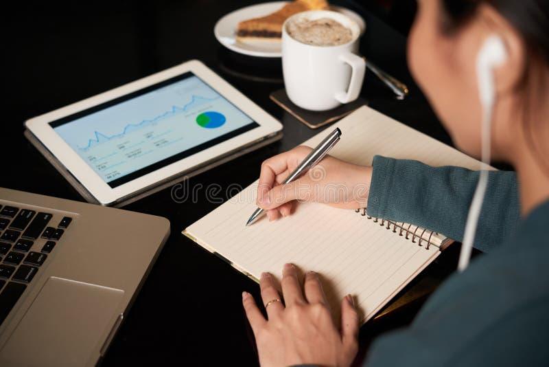 Het analyseren van financiële gegevens stock afbeeldingen