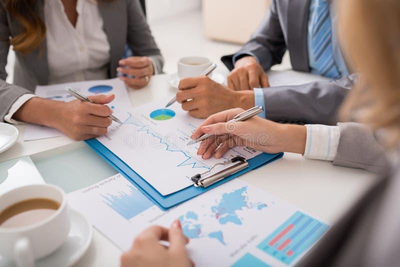 Het analyseren van financiële informatie stock afbeelding