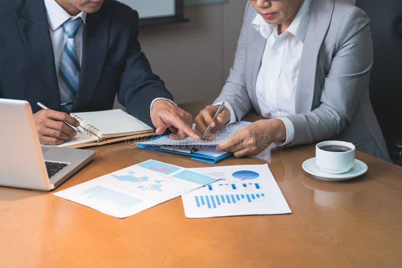 Het analyseren van financiële verslagen stock afbeelding