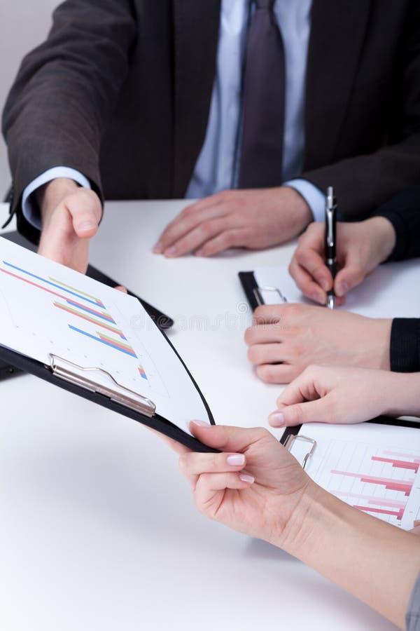 Het analyseren van gegevens in een bedrijf stock afbeeldingen