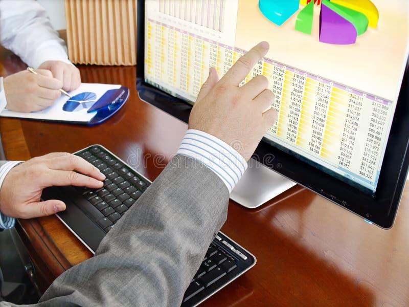Het analyseren van gegevens over computer. royalty-vrije stock fotografie