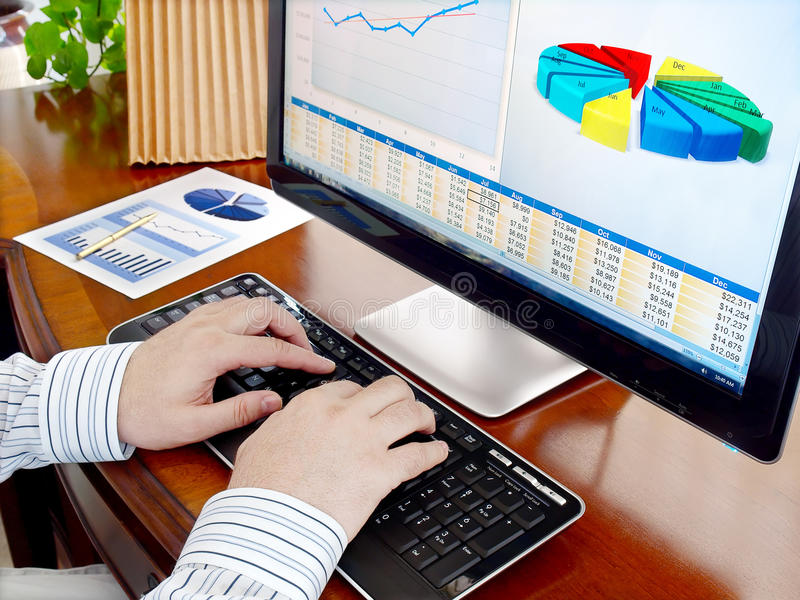 Het analyseren van gegevens over computer. royalty-vrije stock afbeelding