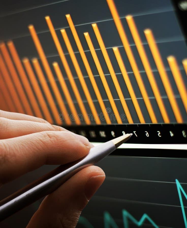 Het analyseren van grafiek op monitor royalty-vrije stock foto's