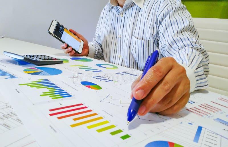 het analyseren van inkomensgrafieken en grafieken met calculator Sluit omhoog Bedrijfs financieel analyse en strategieconcept royalty-vrije stock fotografie
