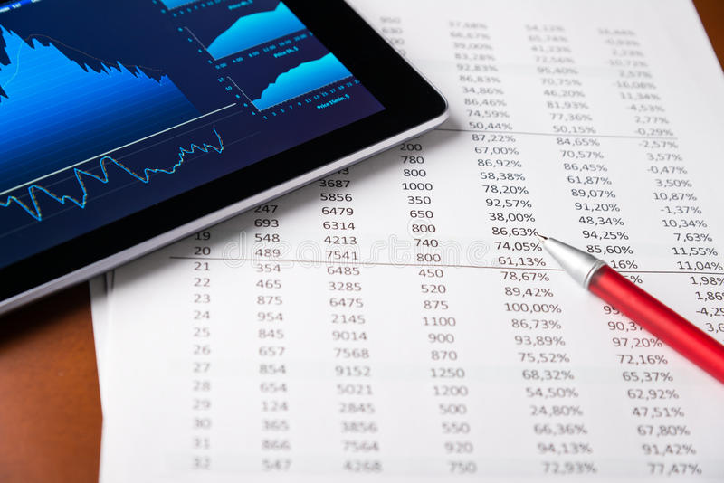Het analyseren van rapport met tablet-PC royalty-vrije stock foto's