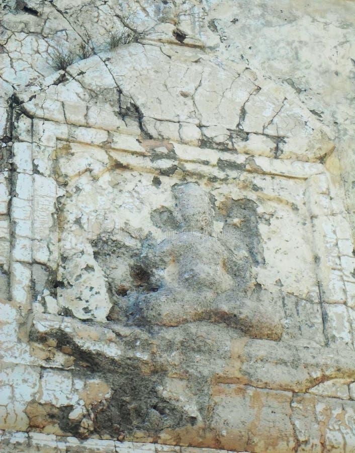 Het antieke die standbeeld van Boedha ` s op muur bij Raj Katas-tempel wordt gemaakt royalty-vrije stock fotografie