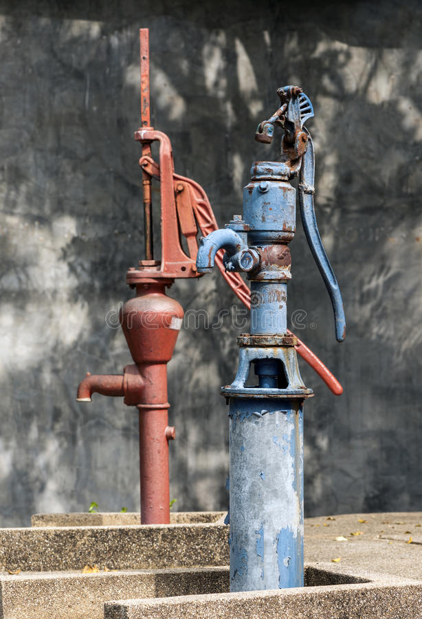 Het antieke grondwater pompen stock afbeelding