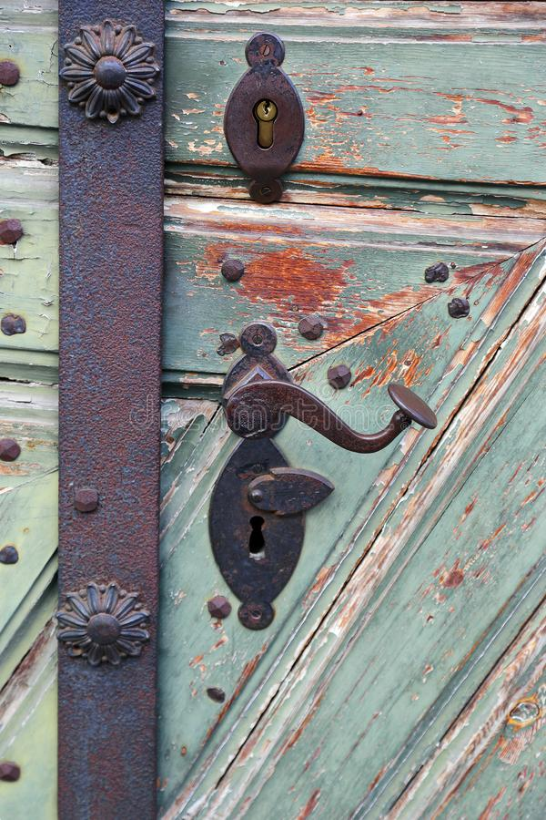 Het antieke handvat van de ijzerdeur stock foto's