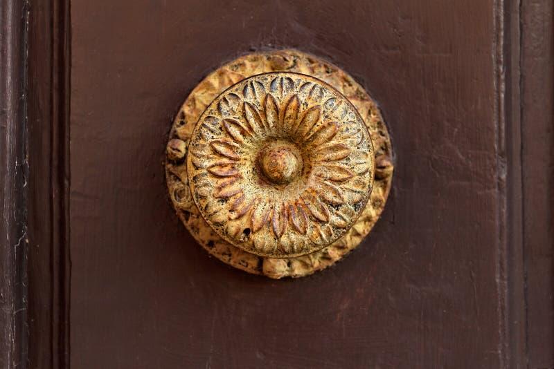 Het antieke handvat van de roestdeur met een eenvoudig ijzerpatroon royalty-vrije stock afbeeldingen