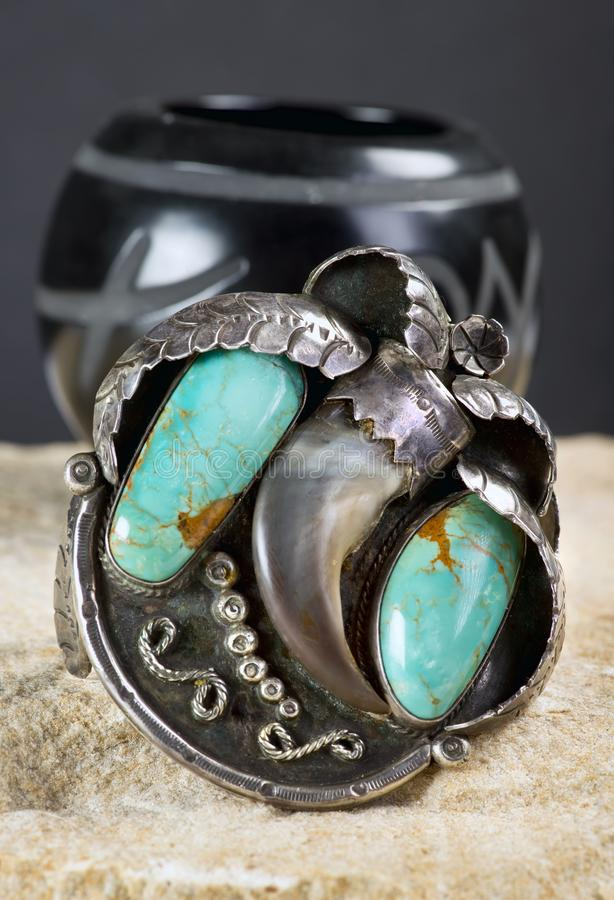 Download Het Antieke Zilver Van Navajo Draagt Manchet Stock Foto - Afbeelding bestaande uit draag, semi: 107704668
