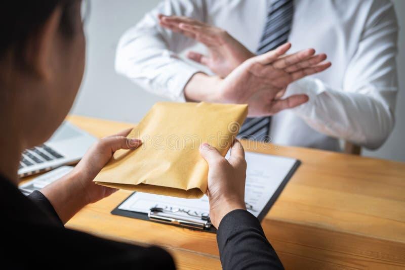 Het antiomkoperij en corruptieconcept, het Bedrijfsmens weigeren en ontvangt geld geen bankbiljet in envelopaanbieding van zaken  stock afbeelding