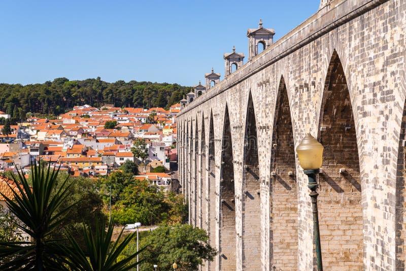 Het Aquaduct Aguas Livres in het Portugees: Aquedutodas Aguas Livres het Aquaduct van de Vrije Wateren is een historisch aquaduct stock foto