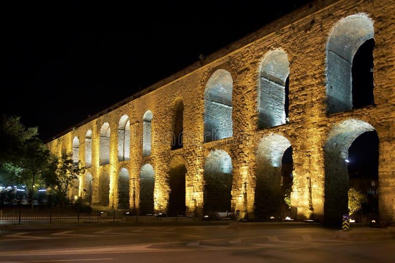 Het aquaduct Valens in Istanboel bij nacht royalty-vrije stock fotografie