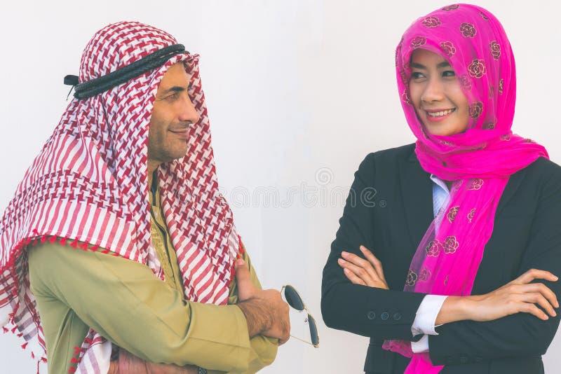Het Arabische Bedrijfspaar Werken royalty-vrije stock afbeelding