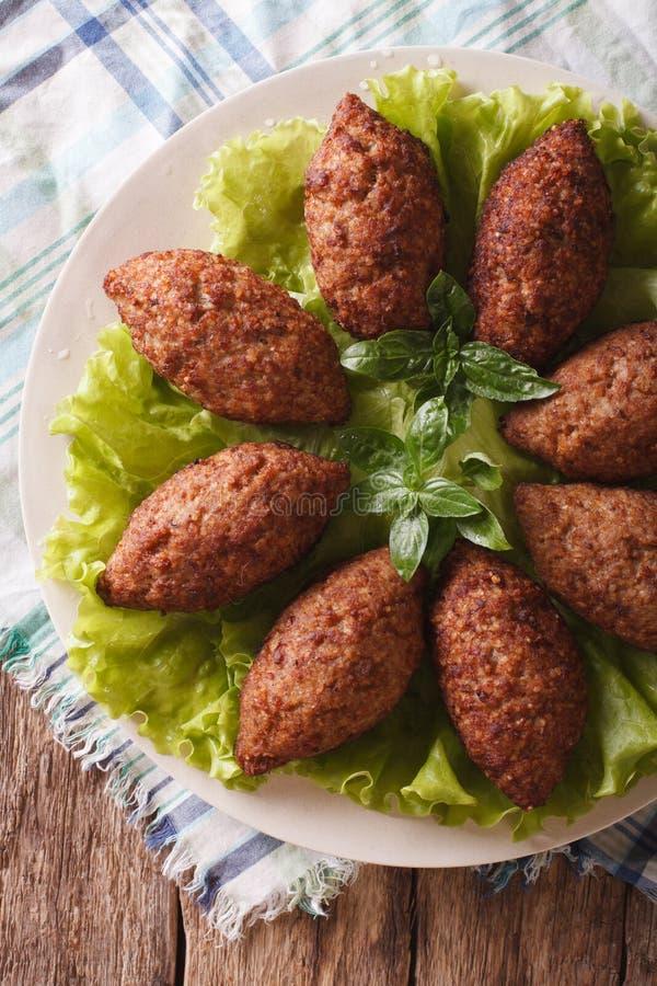 Het Arabische close-up van rundvleesvleesballetjes kibbeh op een plaat verticale bovenkant v royalty-vrije stock foto