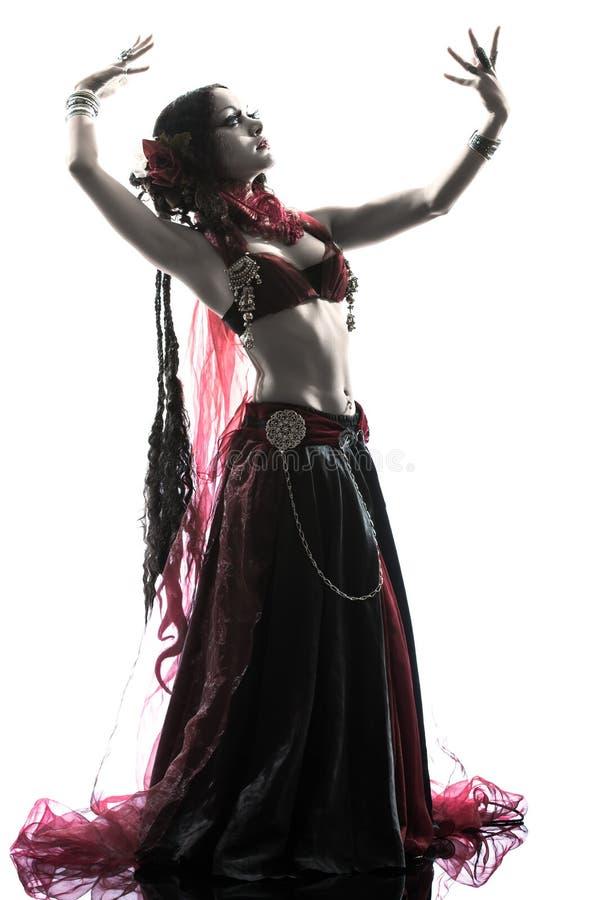 Het Arabische de danser van de vrouwenbuik dansen stock foto's