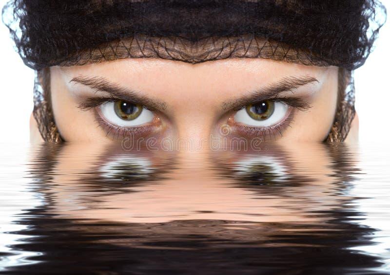 Het Arabische groene oog van vrouwenclose-ups ziet eruit royalty-vrije stock foto's