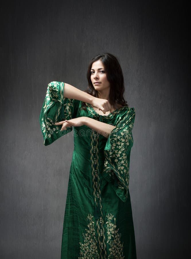 Het Arabische model dansen stock foto