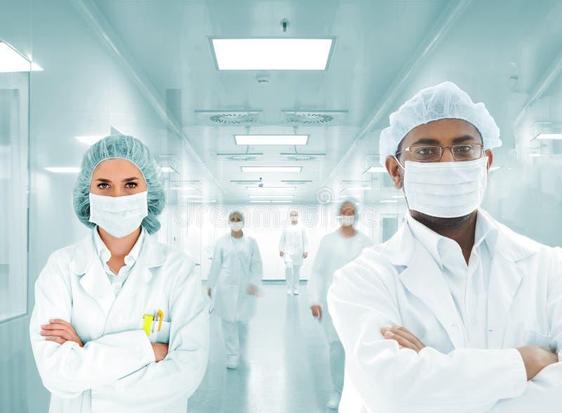 Het Arabische team van wetenschappers bij het ziekenhuislaboratorium, groep artsen stock afbeeldingen