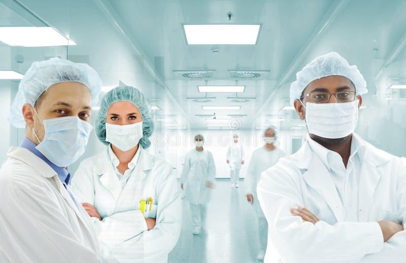 Het Arabische team van wetenschappers bij het ziekenhuislaboratorium, groep artsen stock afbeelding