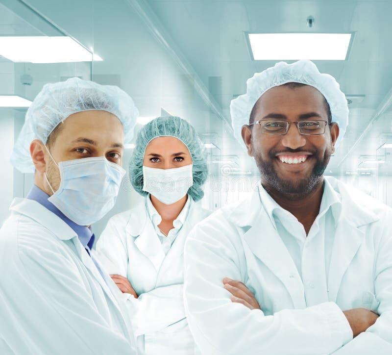 Het Arabische team van wetenschappers bij het ziekenhuislaboratorium, groep artsen stock foto's