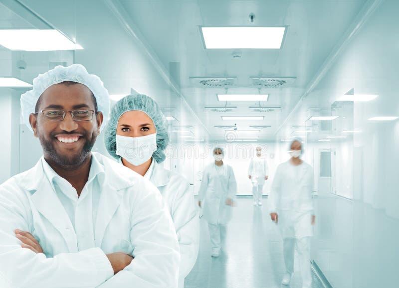 Het Arabische team van wetenschappers bij het ziekenhuislaboratorium, groep artsen stock fotografie