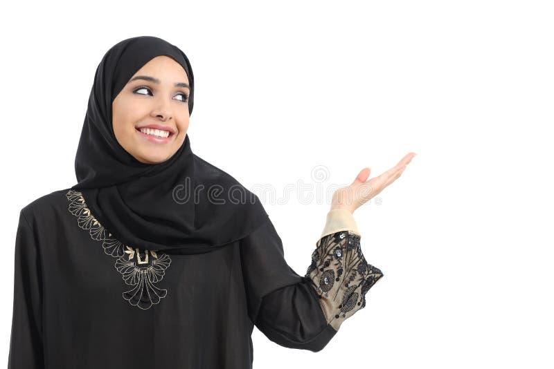 Het Arabische vrouwenpromotor voorstellen die kant bekijken royalty-vrije stock afbeelding
