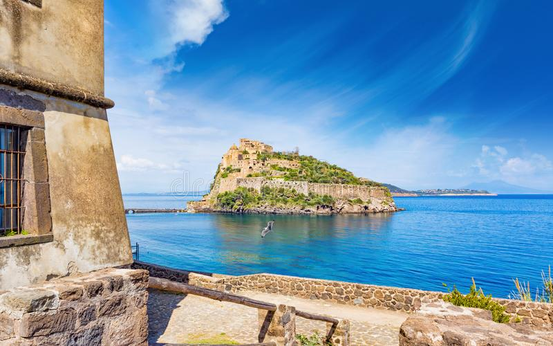 Het Aragonesekasteel is het meeste bezocht oriëntatiepunt dichtbij Ischia eiland, het stock foto's