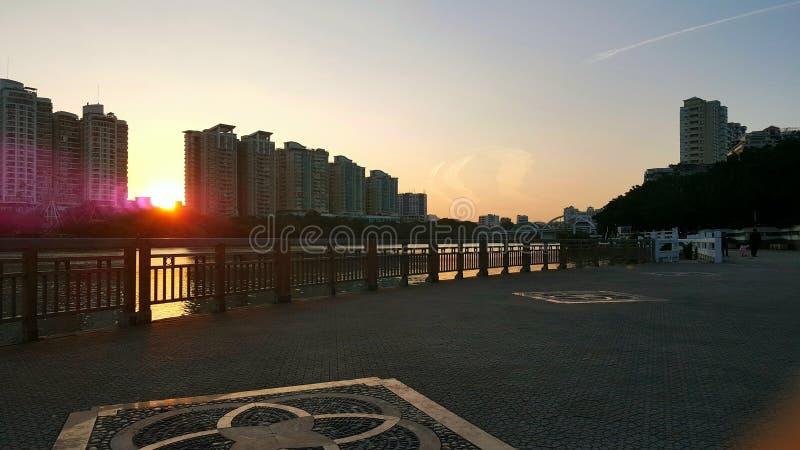 Het architecturale landschap langs de rivier in de schemering stock foto
